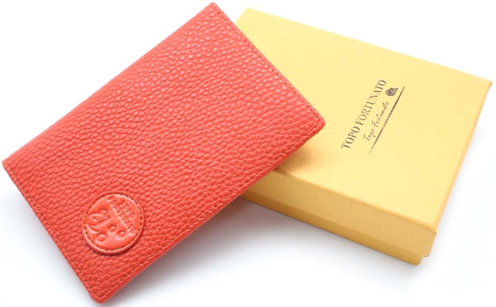 Обложка на паспорт женская Topo Fortunato Мандарин. TF 110-093TF 110-093Обложка на паспорт из натуральной кожи. Бренд Topo Fortunato. Размер 9,5 х 13,3 см. С левой стороны кожаный захват, два кармашка для пластиковых карт, прозрачное окошко для пропуска, с правой стороны пластиковый захват