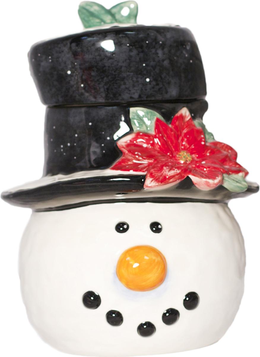 Банка для печенья Certified International Снеговик в шляпе, 28 см26915Яркая, запоминающаяся посуда с эксклюзивным дизайном от американской компании Certified International послужит настоящим подарком для ценителей керамики класса «Люкс».Первоначально производство посуды осуществлялось в Калифорнии и в городе Валенсии, но со временем его переместили в Китай, от чего качество изделий ничуть не ухудшилось, так как со стороны руководства ведется строгий контроль над процессом изготовления продукции.Секрет высокого качества посуды марки Certified International заключается в том, что ее производство продумано до мелочей:- первоклассное исходное сырье, не содержащее вредных компонентов;- профессиональный коллектив дизайнеров из США и Европы;- применение современных технологий в процессе производства;- сертификация продукции по всем показателям качества.В компании создаются элитные коллекции посуды для сервировки стола, наборы для пасты, вина и специй, отдельные блюда для овощей, фруктов, канапе. Посуду Certified International можно встретить в Белом Доме и в посольствах США в разных уголках мира. Ценность каждой коллекции многократно увеличивается не только за счет уникального дизайна, но и благодаря ограниченному тиражу каждой серии с ежегодным обновлением выпускаемых линеек.Керамические изделия марки Certified International расписываются вручную и покрываются специальной глазурью, обеспечивающей их долговечность, а также возможность использования в микроволновых печах и мойки с применением посудомоечных машин.