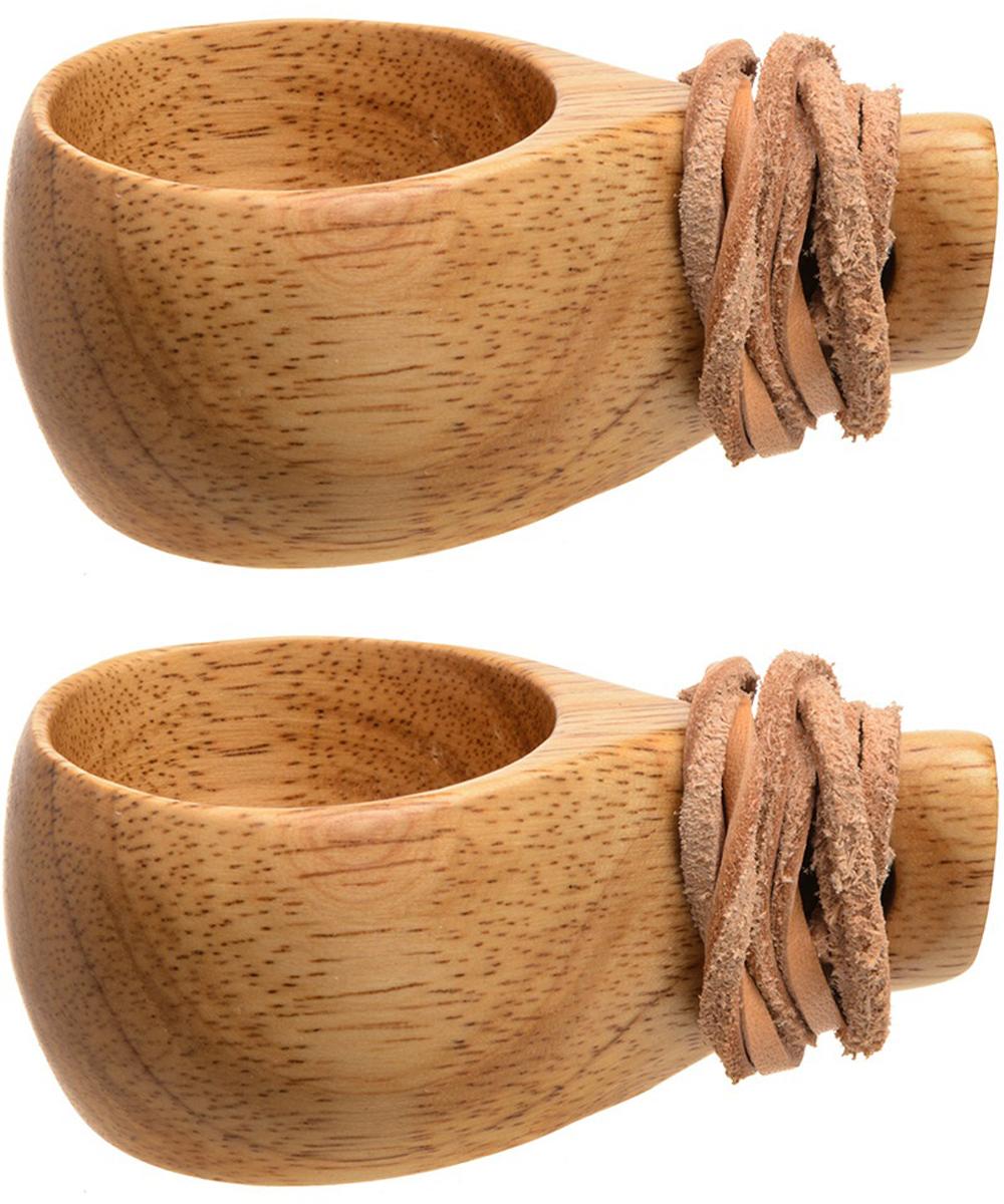 Кружка-кукса Retki, цвет: натуральное дерево, 30 мл, 2 штR4692Кукса — это народная саамская (финская) кружка, вырезанная из дерева.Распространена и весьма популярна не только у финнов, но среди других народов Северной Европы. В поверье у финнов и других народов считается, что кружка-кукса приносит удачу. Кружка изготовлена из натуральной древесины, не обжигает руки и не обмораживает в сильный мороз, лёгкая, прочная и удобная. Внимание! Не рекомендуется мыть кружку моющими средствами и применять абразивные чистящие материалы. Возможно использовать для воды, чая, травяных отваров, кофе и спиртных напитков. В комплект входят: кружка 30 мл (2 шт), кожаный ремешок(2 шт).
