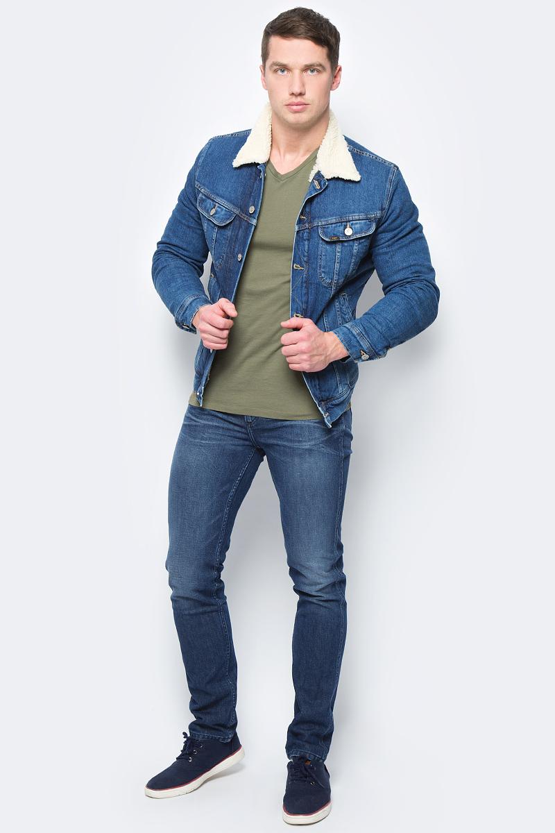 Куртка мужская Lee, цвет: синий. L89SAPKW. Размер M (48)L89SAPKWМужская джинсовая куртка Lee выполнена из хлопка с добавлением эластана. Модель с отложным воротником и длинными рукавами застегивается на металлические пуговицы. Подкладка и воротник выполнены из полиэстера с добавлением акрила, имитирующего овчину. Спереди куртка дополнена двумя прорезными карманами и двумя накладными карманами с клапанами на пуговицах. Рукава оформлены манжетами, застегивающимися на пуговицы. Ширина низа регулируется с помощью кнопок по бокам куртки.