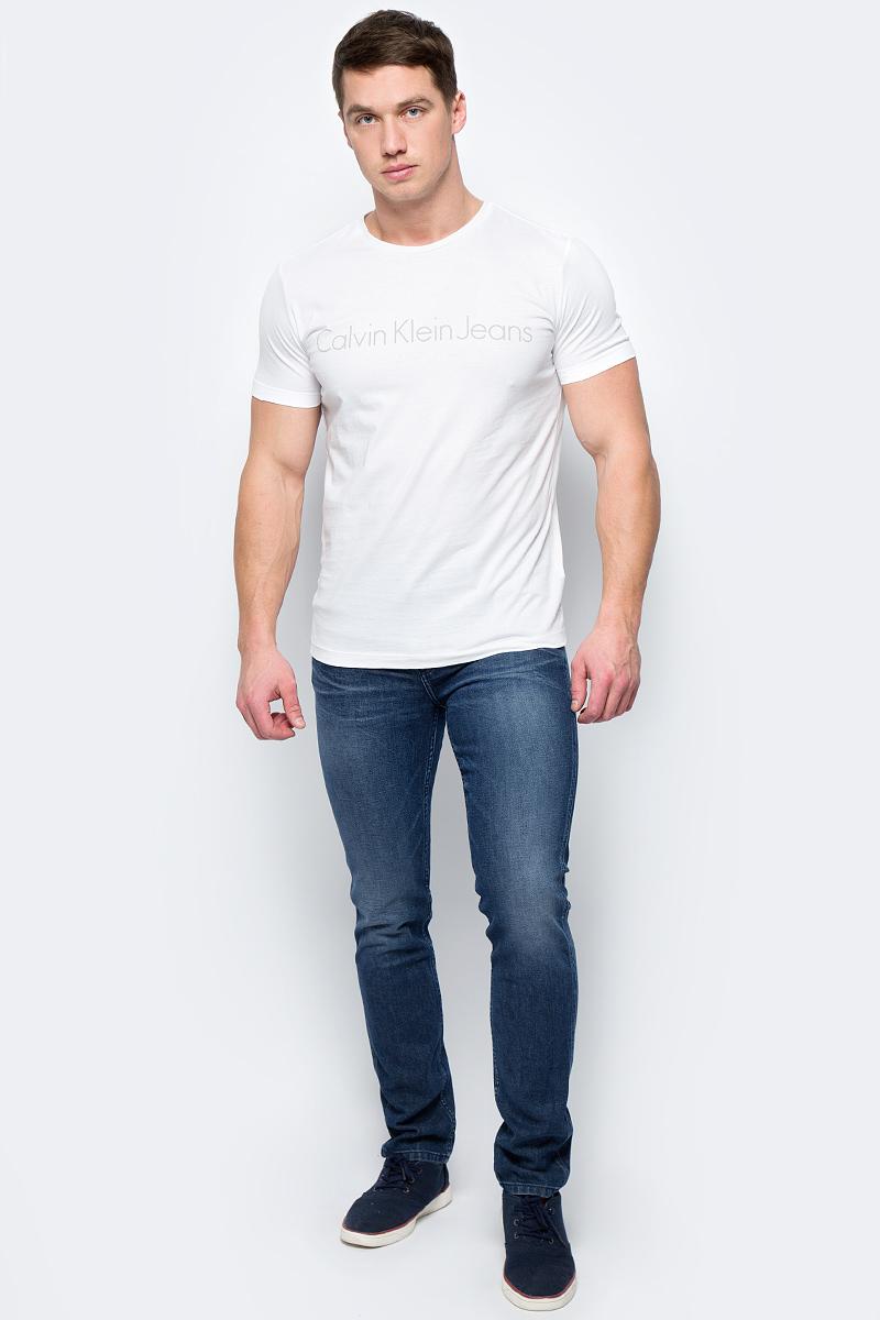 Джинсы мужские Calvin Klein Jeans, цвет: синий. J30J306643_9114. Размер 31 (46/48)J30J306643_9114Джинсы изготовлены из качественного материала на основе хлопка. Джинсы застегиваются на пуговицу в поясе и ширинку на застежке-молнии, дополнены шлевками для ремня. Спереди модель оформлена двумя втачными карманами и одним маленьким накладным, сзади - двумя накладными карманами. Изделие дополнено декоративными потертостями.