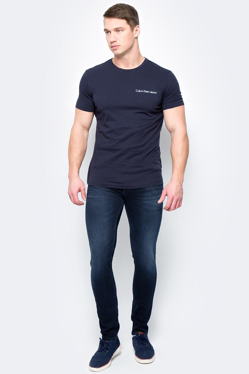 Джинсы мужские Calvin Klein Jeans, цвет: синий. J30J306636_9114. Размер 30 (44/46)J30J306636_9114Джинсы изготовлены из качественного материала на основе хлопка. Джинсы застегиваются на пуговицу в поясе и ширинку на застежке-молнии, дополнены шлевками для ремня. Спереди модель оформлена двумя втачными карманами и одним маленьким накладным, сзади - двумя накладными карманами. Изделие дополнено декоративными потертостями.