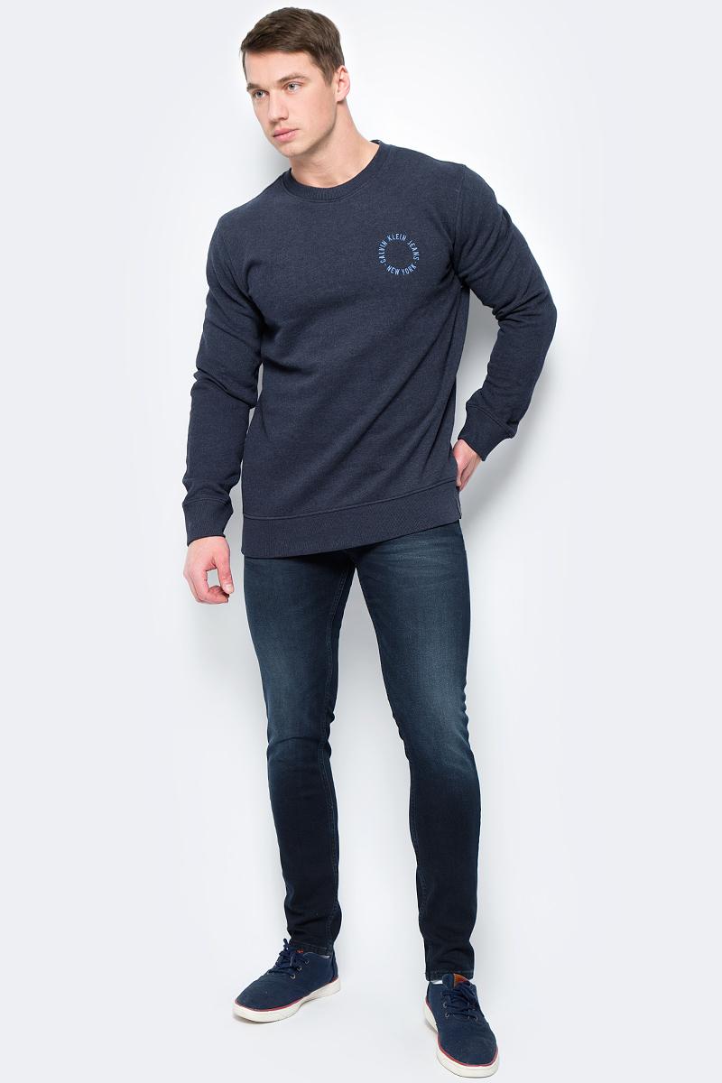 Свитшот мужской Calvin Klein Jeans, цвет: синий. J30J306621_4020. Размер M (46/48)J30J306621_4020Свитшот круглым вырезом и длинными рукавами изготовлен из качественного смесового материала. Низ изделия и рукава дополнены эластичной резинкой, на груди имеется принт с логотипом бренда.