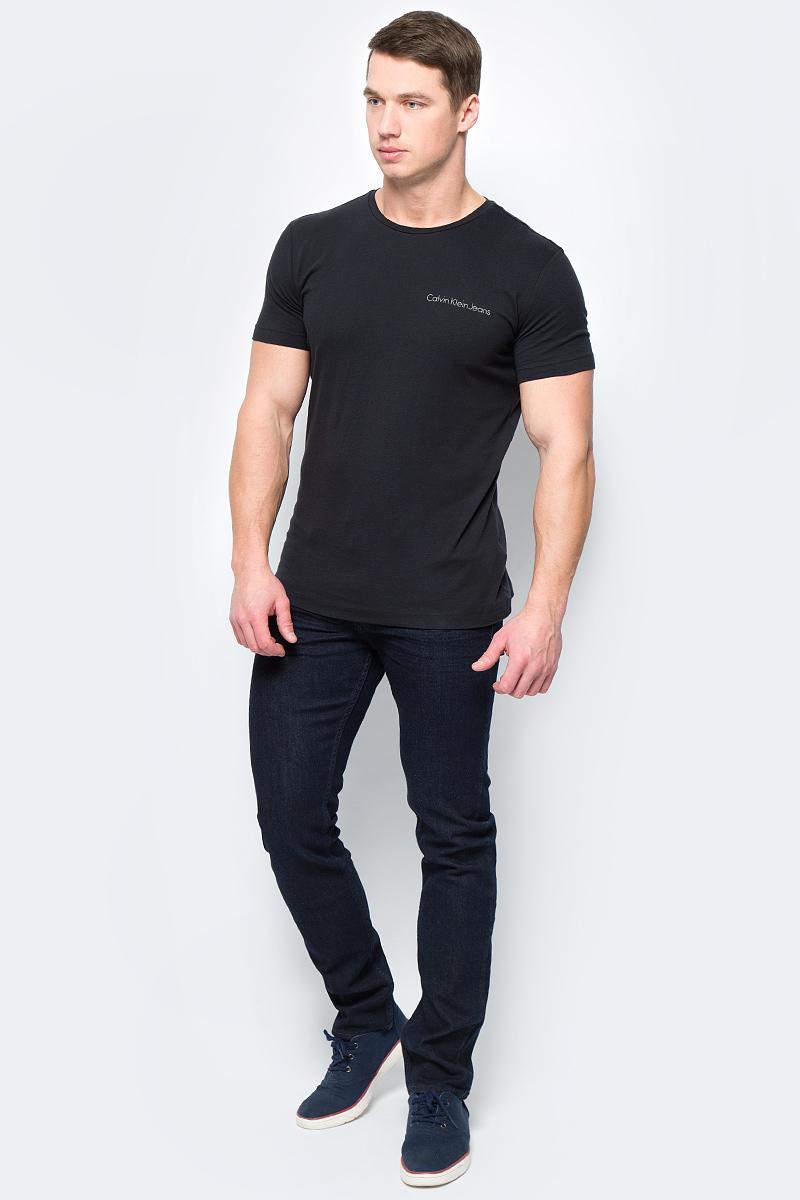 Джинсы мужские Calvin Klein Jeans, цвет: темно-синий. J30J306877_9014. Размер 36 (56/58)J30J306877_9014Джинсы изготовлены из качественного материала на основе хлопка. Джинсы застегиваются на пуговицу в поясе и ширинку на застежке-молнии, дополнены шлевками для ремня. Спереди модель оформлена двумя втачными карманами и одним маленьким накладным, сзади - двумя накладными карманами.