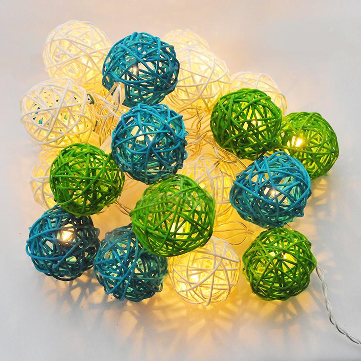 Гирлянда электрическая Гирляндус Зеленая волна, ротанг, 220В, 20 ламп, 3 м4670025842761Интерьерная гирлянда ручной работы. Шарики изготовлены из ротанговых прутиков вручную и окрашены натуральными красителями. При размещении возле стены они отбрасывают красивые узорные тени, подчёркивающие любой интерьер. В гирлянде используются низковольтные лампочки. Запасные лампочки и инструкция - в комплекте. Общая длина гирлянды - 4.2 метра. Длина гирлянды от первого шарика до последнего - 3 метра.