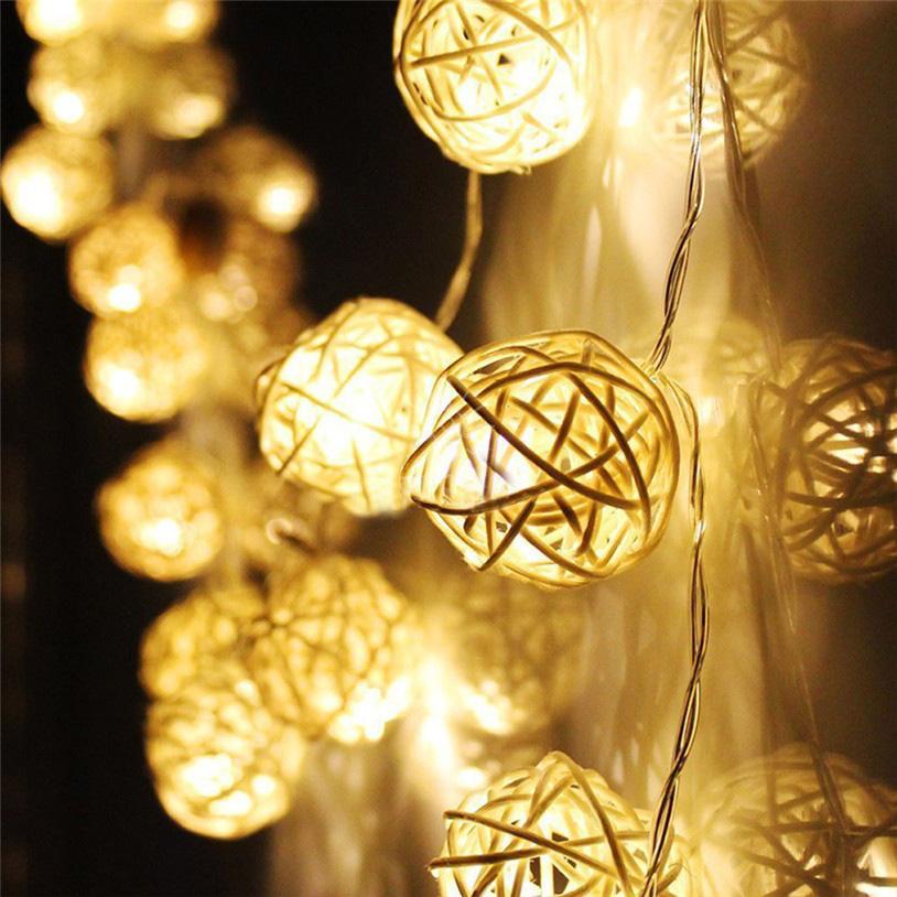Гирлянда электрическая Гирляндус Белые, ротанг, LED, от батареек, 20 ламп, 3 м4670025844871Интерьерная гирлянда ручной работы. Шарики изготовлены из ротанговых прутиков вручную и окрашены натуральными красителями. При размещении возле стены они отбрасывают красивые узорные тени, подчёркивающие любой интерьер. В гирлянде используются низковольтные лампочки. Запасные лампочки и инструкция - в комплекте. Общая длина гирлянды - 4.2 метра. Длина гирлянды от первого шарика до последнего - 3 метра.