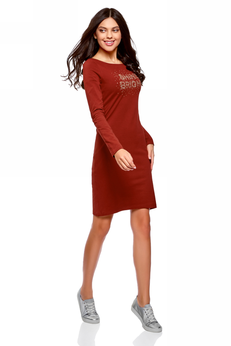 Платье oodji Ultra, цвет: бордовый, золотой. 14001183-7/46148/4993P. Размер L (48)14001183-7/46148/4993PПлатье, выполненное из эластичного хлопка, отлично подойдет для повседневной носки. Модель с длинными рукавами и круглым вырезом горловины спереди оформлено оригинальной надписью.