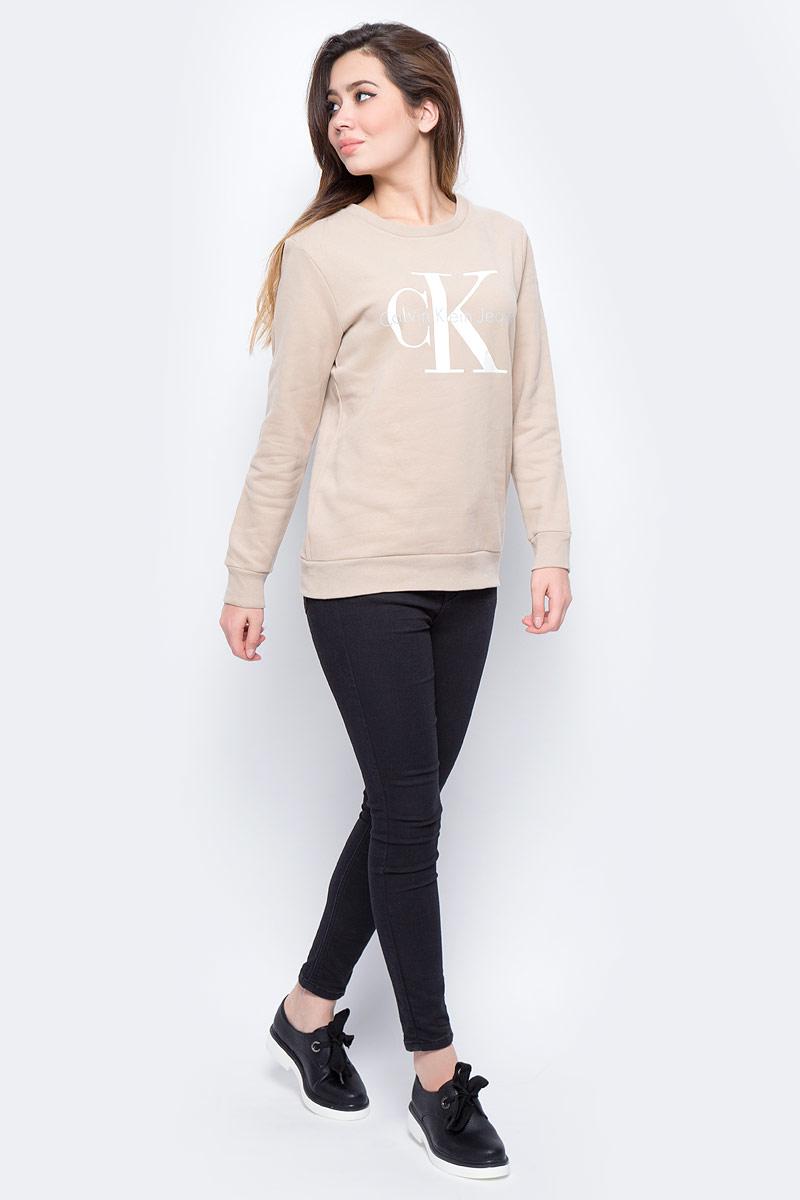 Свитшот женский Calvin Klein Jeans, цвет: серый. J20J207084_0150. Размер S (42/44)J20J207084_0150Свитшот круглым вырезом и длинными рукавами изготовлен из натурального хлопка. Низ изделия и рукава дополнены эластичной резинкой, на груди имеется принт с логотипом бренда.
