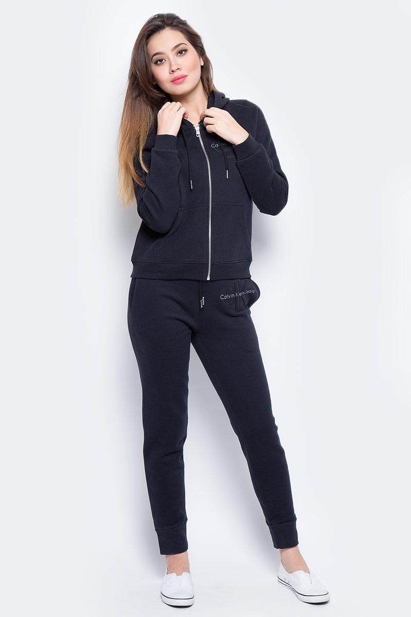 Толстовка женская Calvin Klein Jeans, цвет: черный. J20J206570_0990. Размер S (42/44)J20J206570_0990Толстовка изготовлена из натурального хлопка и застегивается на молнию. Модель выполнена с длинными рукавами и капюшоном. Толстовка дополнена двумя накладными карманами и эластичными резинками по низу изделия и на рукавах.