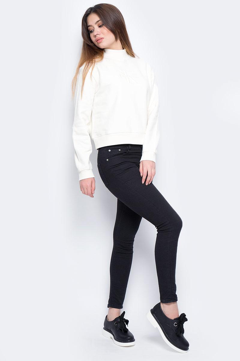 Свитшот женский Calvin Klein Jeans, цвет: бежевый. J20J206410_0030. Размер L (46/48)J20J206410_0030Укороченный свитшот с высоким воротником изготовлен из натурального хлопка. Низ изделия и рукава дополнены эластичными резинками.