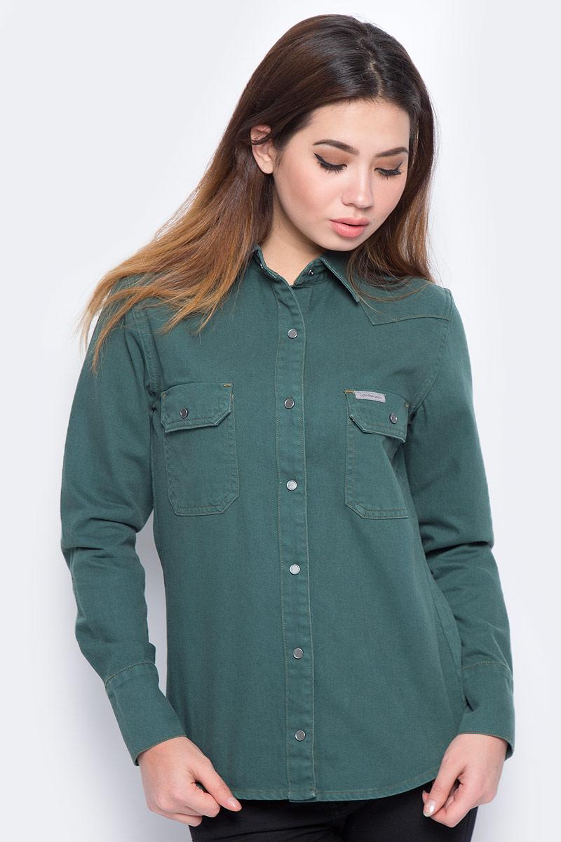 Блузка женская Calvin Klein Jeans, цвет: зеленый. J20J206621_9110. Размер L (46/48)J20J206621_9110Блузка женская Calvin Klein с длинными рукавами и отложным воротником выполнена из качественного хлопка. Изделие застегивается на кнопки, имеются два нагрудных накладных кармана под клапанами. Манжеты рукавов дополнены застежками-пуговицами, низ изделия закруглен.