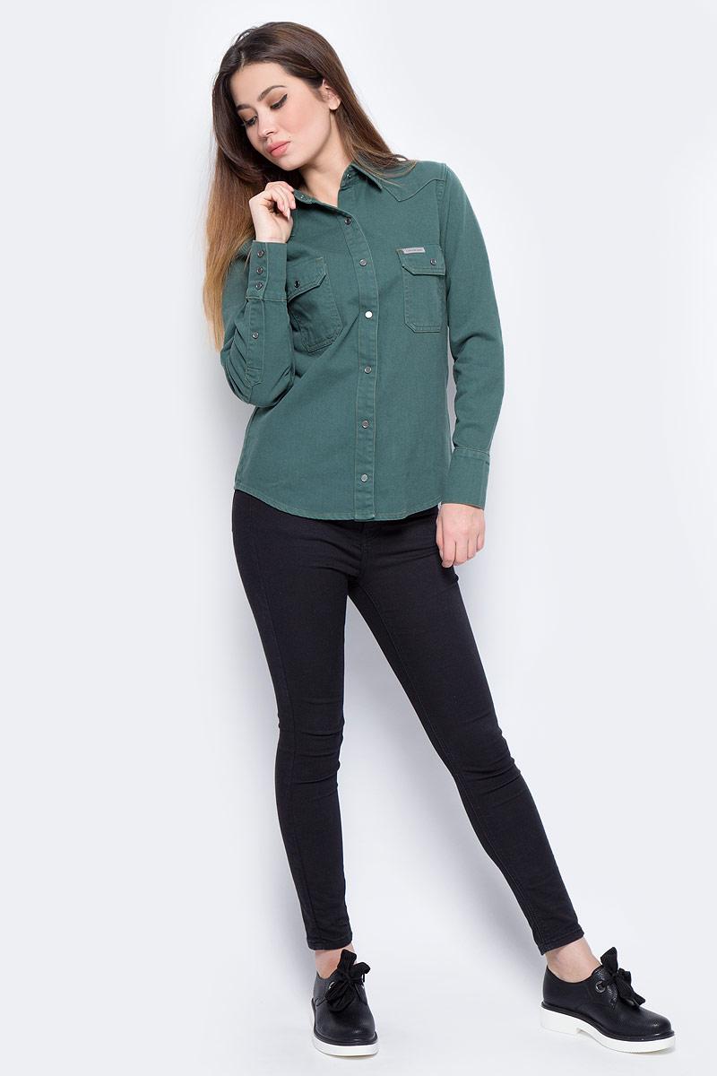 Блузка женская Calvin Klein Jeans, цвет: зеленый. J20J206621_9110. Размер XL (48/50)J20J206621_9110Блузка женская Calvin Klein с длинными рукавами и отложным воротником выполнена из качественного хлопка. Изделие застегивается на кнопки, имеются два нагрудных накладных кармана под клапанами. Манжеты рукавов дополнены застежками-пуговицами, низ изделия закруглен.