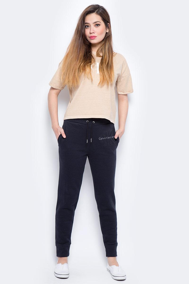 Брюки спортивные женские Calvin Klein Jeans, цвет: черный. J20J206403_0990. Размер M (44/46)J20J206403_0990Женские спортивные брюки изготовлены из качественного трикотажа. Модель на широкой эластичной резинке и шнурке на талии дополнена боковыми карманами. Низы брючин оформлены широкими резинками. Такие брюки незаменимая вещь в спортивном и летнем гардеробе. Прекрасный выбор для занятий фитнесом или активного отдыха.