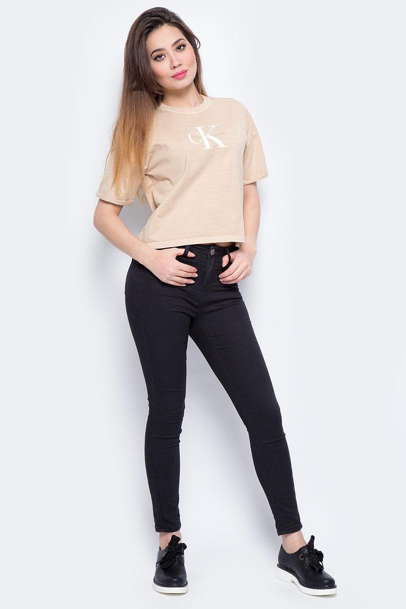 Футболка женская Calvin Klein Jeans, цвет: бежевый. J20J206445_0150. Размер L (46/48)J20J206445_0150Футболка Calvin Klein - оптимальный вариант для активного отдыха и повседневного использования. Модель выполнена из хлопка, что обеспечивает максимально комфортные ощущения во время использования. Принт на груди с названием бренда придает изделию оригинальность.