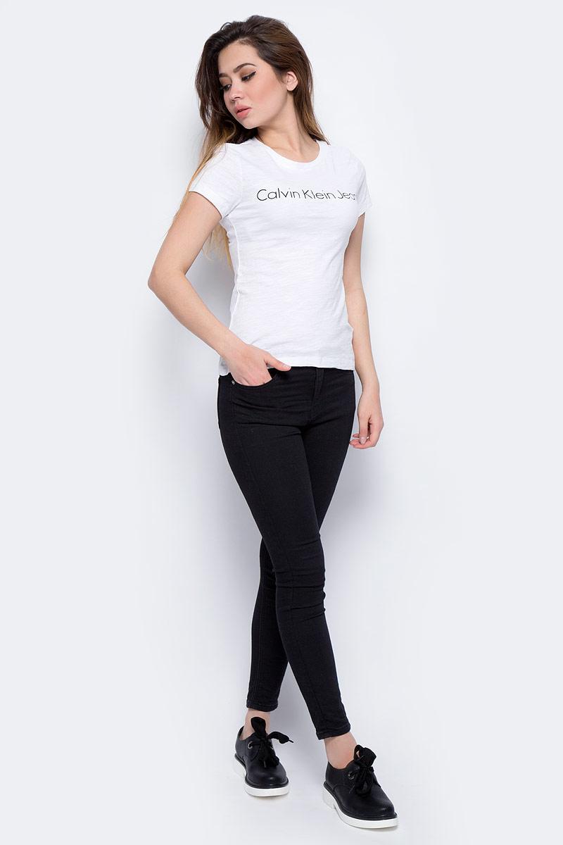 Футболка женская Calvin Klein Jeans, цвет: белый. J20J206438_1120. Размер M (44/46)J20J206438_1120Футболка Calvin Klein - оптимальный вариант для активного отдыха и повседневного использования. Модель выполнена из хлопка, что обеспечивает максимально комфортные ощущения во время использования. Принт на груди с названием бренда придает изделию оригинальность.