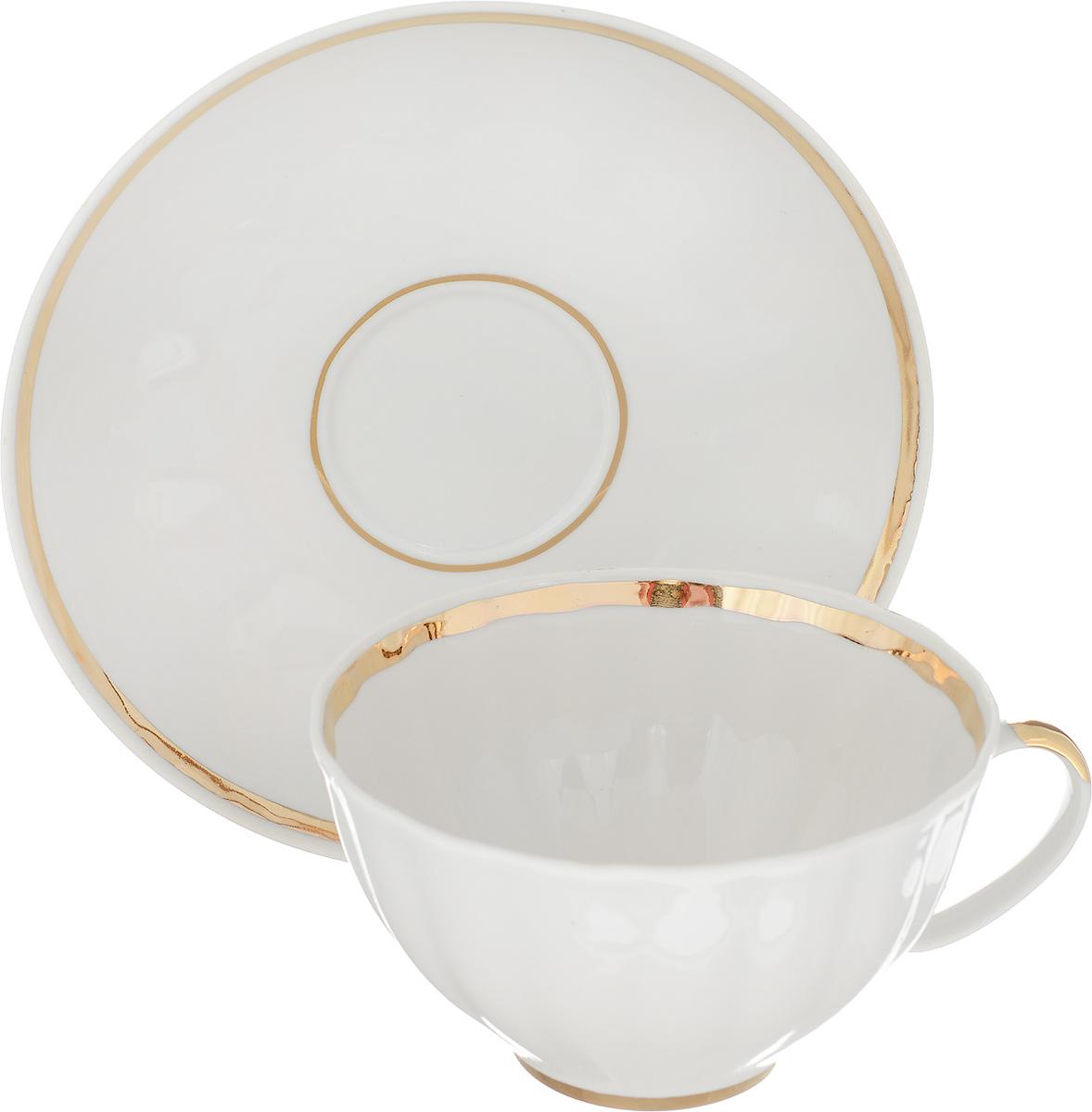 Чашка чайная Дулевский Фарфор Белый лебедь. Московский с лентой, с блюдцем, 275 мл017442Чашка чайная с блюдцемвыполнены из высококачественного фарфора. Посуда из такого материала позволяет сохранить истинный вкуснапитка, а также помогает ему дольше оставаться теплым.В комплект входит блюдце. Такойнабор идеально подойдет для чая и придется по вкусу ценителям классики, и тем, ктопредпочитает утонченность и изысканность. Объем: 275мл. Форма: Белый лебедь.Серия: Московский.Материал: Фарфор. Производитель: Дулевский Фарфоровый Завод.