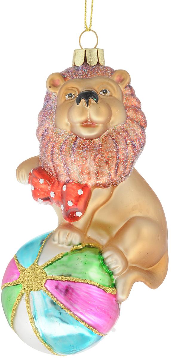Украшение для интерьера новогоднее Erich Krause Шапито, 13,5 см43428Необычное елочное украшение представляет собой льва, сидящего на шаре. Невероятно милая фигурка подходит для украшения елок. Изделие изготовлено из стекла. Новогодние украшения всегда несут в себе волшебство и красоту праздника. Создайте в своем доме атмосферу тепла, веселья и радости, украшая его всей семьей.