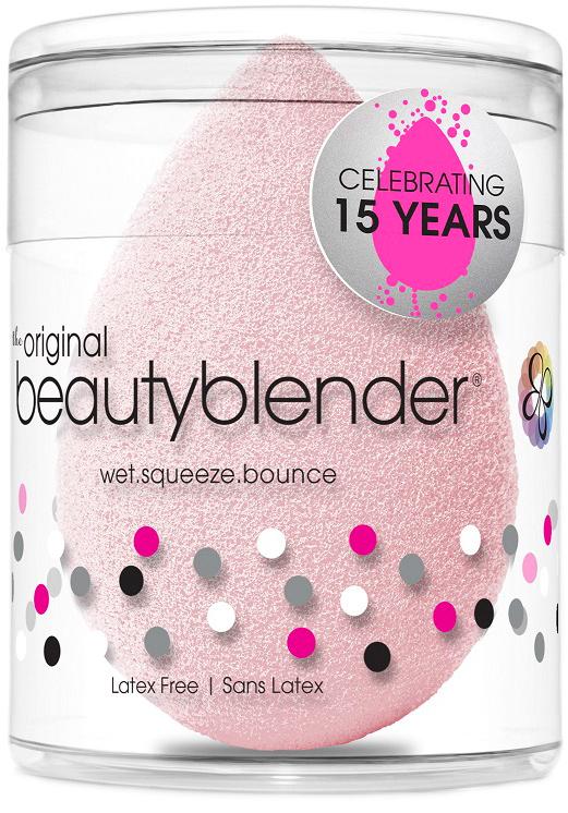 Спонж Beautyblender bubble1053Спонж beautyblender в новом нежно-розовом оттенке bubble, выпущенный в честь 15-летия бренда,позволяет с легкостью распределить тональное средство и создать безупречный макияж. Cпонжbeautyblender имеет структуру открытой ячейки, которая наполняется небольшим количествомводы, когда спонж смачивают. Благодаря этому косметическое средство остается наповерхности спонжа, а не поглощается им. Технология использования - увлажнить. сжать.нанести. Все спонжи beautyblender безлатексные и не имеют запаха. beautyblender -американскийбренд, созданный голливудским визажистом Реа Энн Сильва, у которой за плечами более 20 летработы в бьюти-индустрии. Поначалу beautyblender был тайным ингредиентом съемочныхплощадок, но после неоднократных побед в престижной бьюти-премии Allure Best of Beautyполучил известность и признание во всем мире. Способ применения:Сожмите спонж, чтобы удалить воду. Для удобства можновоспользоваться полотенцем. Легкими вбивающими движениями наносите тональный крем илидругое косметическое средство. После использования спонжа очистите его с помощьюспециальных средств blendercleanser. Оставьте спонж высохнуть естественным путем в сухомпроветриваемом месте.Состав: безлатексная пена.