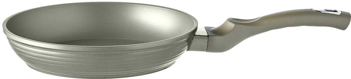 Сковорода Esprado Cascada, с антипригарным покрытием, цвет: серебристый. Диаметр 28 смCSDT28СE103Сковорода Cascada диаметром 28 см – Сковорода выполнена из кованого алюминия, толщина дна которого составляет 5,0 мм. Высококачественный кованый алюминий долговечен и не подвержен деформации. Внутреннее двухслойное антипригарное покрытие Whitford Xylan Plus® отличается исключительной надёжностью и долговечностью даже при ежедневном использовании. Покрытие не содержит вредных для человека химических соединений, и не требует большого количества масла в процессе жарки. Внешнее рифленое покрытие выполнено при помощи силиконового полиэстера c эффектом «сияния», что обеспечивает легкий уход за посудой и продлевает срок службы изделия. Коллекционная не нагревающаяся эргономичная ручка из бакелита с покрытием soft-touch удобно лежит в руке и обеспечивает комфортный и безопасный процесс приготовления. Сковорода подходит для всех типов плит и мытья в посудомоечной машине.В коллекции Cascada из кованого алюминия также представлены сковороды диаметром 22см, 24 см, 26 см.