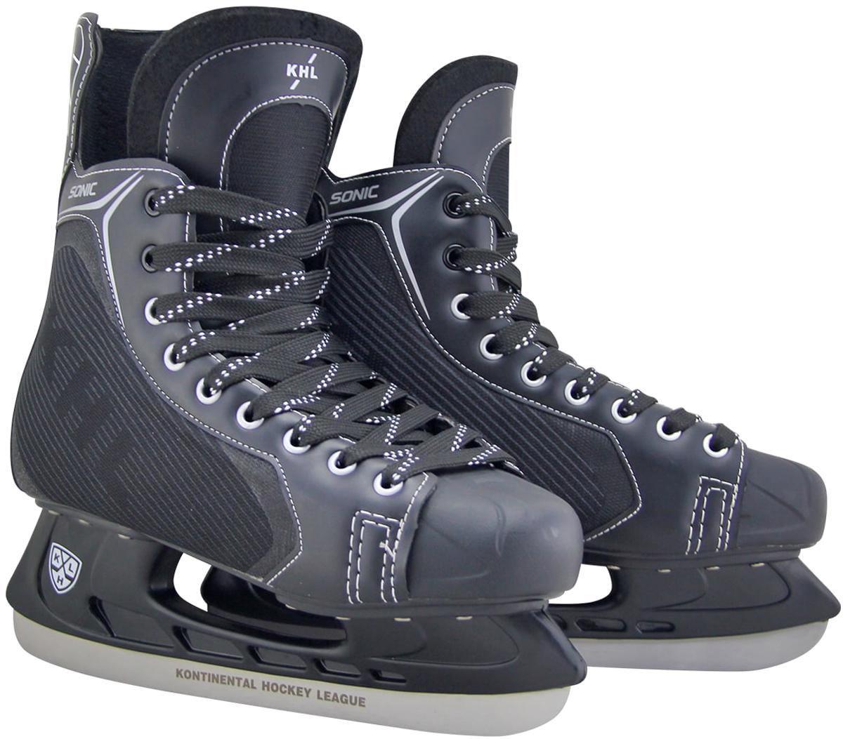 Коньки хоккейные мужские KHL Sonic, цвет: черный, серый, белый. Размер 39УТ-00010443Хоккейные коньки KHL Sonic являются официальной лицензионной продукцией Континентальной Хоккейной Лиги (КХЛ). Это прекрасная любительская модель коньков с уникальным стильным ассиметричным дизайном, выполненным в новой стилистической концепции КХЛ. Модель выполнена из износостойких материалов, устойчивых к порезам. Усиленная жесткость ботинка для более уверенного катания. Дополнительные вставки из EVA и MEMORY foam обеспечат комфорт. Лезвие выполнено из высокоуглеродистой стали с покрытием из никеля. Шнуровка надежно зафиксирует модель на ноге.Коньки подходят для использования на открытом и закрытом льду.