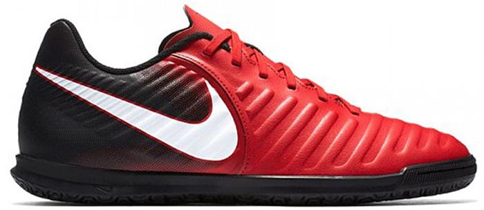 Бутсы для мальчика Nike Kids Jr. TiempoX Rio IV, цвет: красный, черный. 897735-616. Размер 35,5897735-616Детские футбольные бутсы Nike Kids Jr. TiempoX Rio IV подходят для игры в зале и на поле. Верх модели выполнен из искусственной кожи. Адаптивная форма обеспечивает универсальную комфортную посадку.Мягкая искусственная кожа с подкладкой из пеноматериала для амортизации при ударе мяча.Литая текстура обеспечивает трение для контроля мяча.Язычок прикреплен к средней части для плотной посадки на протяжении всей игры. Шнуровка надежно зафиксирует модель на ноге.Резиновая подметка для оптимального сцепления на поле и в зале.
