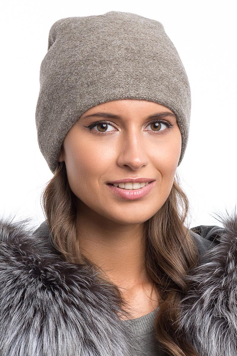 Шапка женская Stilla, цвет: бежевый. SH-1776/04. Размер 52/56SH-1776/04Теплая зимняя шапка от Stilla выполнена из шерсти с акрилом. Мелкая элегантная вязка,флисовая подкладка. Сзади защипы с декоративными бусинами.