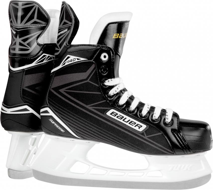 Коньки хоккейные для мальчика Bauer Supreme S140, цвет: черный, серый. 1048626. Размер 341048626Детские хоккейные коньки Bauer Supreme S140 выпущены для игроков младшего возраста, которые только начинают учиться основам игры. Внешнее покрытие ботинок выполнено из прочного нейлона, устойчивого к истиранию, царапинам и порезам.Набивка в области лодыжки и интегрированная пяточная чаша анатомической формы позволяют добиться идеальной посадки и надежно фиксируют голеностопный сустав и пятку, что снижает риск травм при динамичном движении. Гибкий язычок с войлочной набивкой, за счет своей анатомической формы, удобно охватывает переднюю часть голеностопного сустава, не перемещается из стороны в сторону при движении, создает комфортные ощущения и уменьшает давление шнуровки на подъем ноги.Формованная, внутренняя стелька выполнена из вспененного материала EVA и обеспечивает удобное и устойчивое положение стопы внутри ботинка. Внутренняя подкладка из мягкой микрофибры обладает отличными износостойкими качествами, эффективно защищает ноги от влаги и холода, обеспечивая оптимальный микроклимат внутри ботинок. Внешний, усиленный задник надежно защищает ахиллесово сухожилие и пяточную зону от возможных травм. Подошва выполнена из прочной, легкой, термопластичной резины.Коньки укомплектованы прочными стаканами Tuuk Lightspeed Pro с несменными лезвиями, выполненными из высококачественной, нержавеющей стали Tuuk Super.