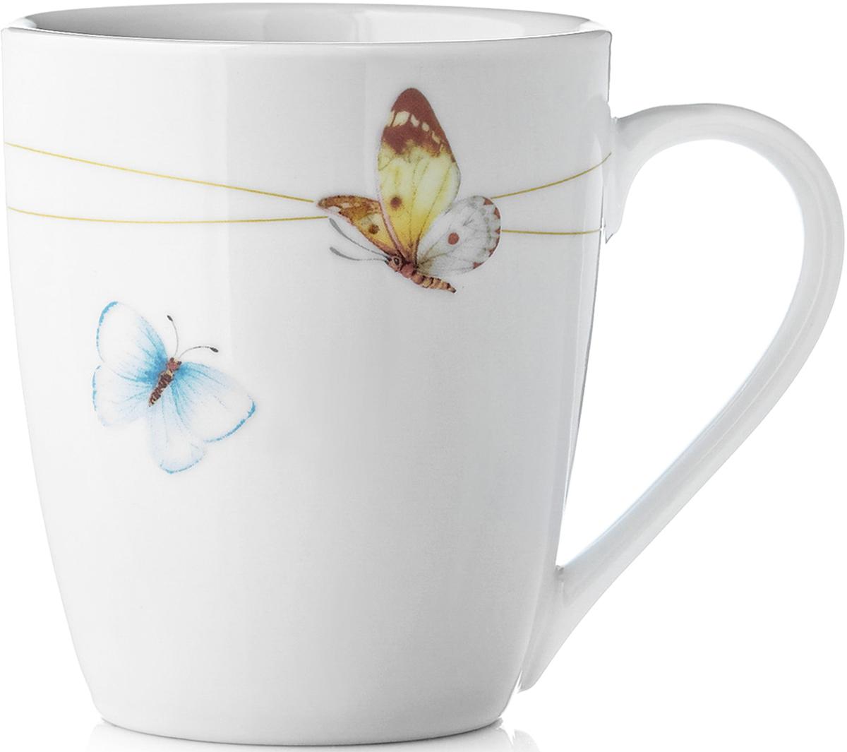 """Кружка Mariposa изготовлена из твердого фарфора. Название коллекции Mariposa (в переводе с испанского """"бабочка"""") также красиво, как и раскраска крыльев этих прекрасных созданий.Летящие бабочки на фоне белоснежного фарфора создают ощущение легкости и простора. Солнечная коллекция Mariposa идеально подойдет к завтраку в кругу семьи на природе. Посуда украсит ваш стол и создаст атмосферу для непринуждённого общения за чашечкой кофе в коттедже или загородном доме. Кружка Mariposa идеально подойдет как для горячих, так и для холодных напитков. Изделия из твердого фарфора можно использовать в микроволновой печи, мыть в посудомоечной машине."""