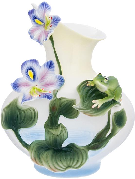 """Ваза Elan Gallery """"Кувшинки"""" выполнена из фарфора. Декоративная ваза украсит ваш интерьер и будет прекрасным подарком для ваших близких. Оригинальный дизайн наполнит дом праздничным настроением."""