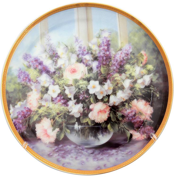 """Декоративная тарелка Elan Gallery """"Летний букет"""", изготовленная из фарфора, станет необыкновенным подарком и прекрасным украшением вашего интерьера.  Тарелка оснащена петелькой для подвешивания, а также ее можно разместить на пластиковой подставке, которая входит в комплект."""