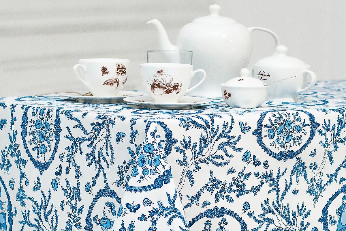 Скатерть Bonita Жуи, цвет: голубой, синий, белый, 125 х 150 см10010815041Великолепная скатерть Bonita Жуи, изготовленная из натурального хлопка, создаст атмосферу уюта и домашнего тепла в интерьере вашей кухни. Скатерть органично впишется в интерьер любого помещения, а оригинальный мотив удовлетворит даже самый изысканный вкус.В современном мире кухня - это не просто помещение для приготовления и приема пищи. Это особое место, где собирается вся семья и царит душевная атмосфера.