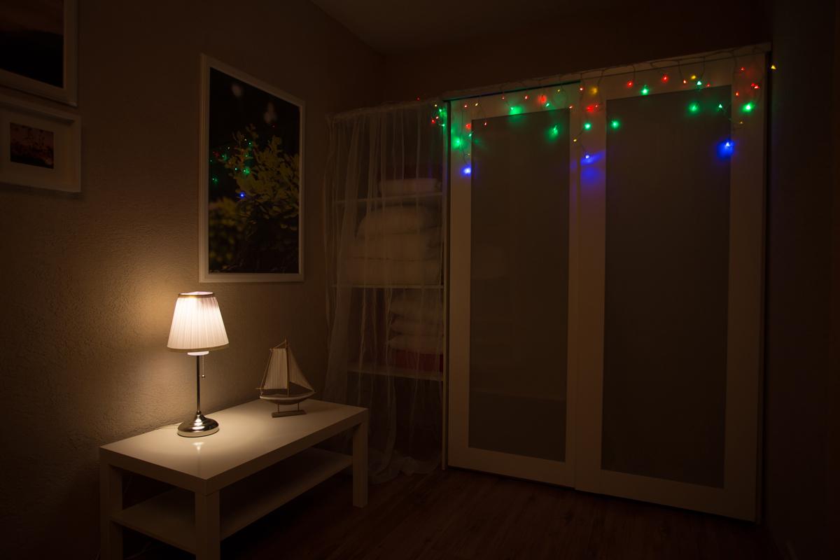 Гирлянда Neon-Nigh Айсикл, светодиодная бахрома, цвет: прозрачный, мульти, 1,8 х 0,5 м255-019Гирлянда Neon-Nigh Айсикл представляет собой гибкий горизонтальный шнур-шину, к которому через определенные промежутки крепятся вертикальные нити разной длины со светодиодами. Она имитирует сосульки и может послужить эффектным и оригинальным решением при декорировании внутренних интерьеров помещений. Благодаря использованию в гирлянде светодиодов, ее отличительной особенностью является превосходная яркость и низкое энергопотребление по сравнению с лампами накаливания. При длине 1,8 метра гибкая направляющая имеет 18 вертикальных нитей от 10 до 50 см. Гирлянда предназначена для использования внутри помещения.Благодаря встроенному контроллеру гирлянда имеет 8 режимов свечения:-Комбинированный;-Волнообразный;-Последовательный;-Бегущая вспышка;-Затухающий;-Мерцающий;-Постоянный.Технические характеристики:Цвет свечения: мульти;Срок службы: 50 000 часов;Степень защиты: IP 20;Температурный режим: от -20 до +40;Тип и кол-во источников света: 48 LED;Мощность: 3 Вт;Напряжение: 230 В;Размеры: 1,8 x 0,5 м;Вспомогательное оборудование: присоска с крючком 104-321;Дополнительно: 18 нитей, (3 блока по 6 нитей), контроллер с 8 режимами.