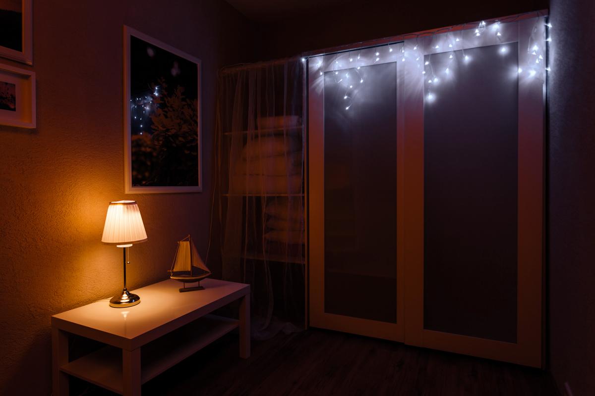 """Гирлянда """"Айсикл плей-лайт"""" - это световой дождь с нитями разной длины. Она имитирует сосульки и может послужить эффектным и оригинальным решением при декорировании карнизов домов, оконных проемов, арок и других элементов как фасадов здания, так и интерьеров внутренних помещений. Благодаря использованию в гирлянде светодиодов ее отличительной особенностью является изрядная яркость и низкое энергопотребление. Цвет свечения белый. Цвет провода белый. Степень влагозащиты позволяет использование на улице. При длине 4,8 метра гибкая направляющая имеет 48 нитей длиной от 20 до 60 см."""