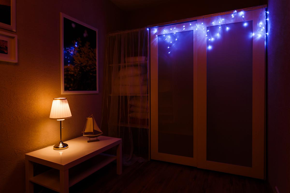 """Гирлянда """"Айсикл плей-лайт"""" - это световой дождь с нитями разной длины. Она имитирует сосульки и может послужить эффектным и оригинальным решением при декорировании карнизов домов, оконных проемов, арок и других элементов как фасадов здания, так и интерьеров внутренних помещений. Благодаря использованию в гирлянде светодиодов ее отличительной особенностью является изрядная яркость и низкое энергопотребление. Цвет свечения синий. Цвет провода белый. Степень влагозащиты позволяет использование на улице. При длине 4,8 метра гибкая направляющая имеет 48 нитей длиной от 20 до 60 см."""