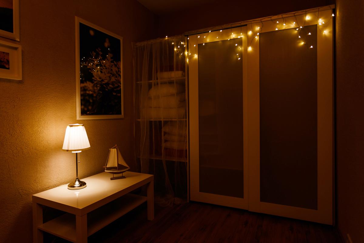 Гирлянда Neon-Nigh Айсикл, светодиодная бахрома, 176 LED, цвет: прозрачный, теплый белый, 4,8 х 0,6 м255-146Гирлянда Айсикл плей-лайт - это световой дождь с нитями разной длины. Она имитирует сосульки и может послужить эффектным и оригинальным решением при декорировании карнизов домов, оконных проемов, арок и других элементов как фасадов здания, так и интерьеров внуренних помещений. Благодаря использованию в гирлянде светодиодов ее отличительной особенностью является изрядная яркость и низкое энергопотребление. Цвет свечения тепло-белый. Цвет провода прозрачный. Степень влагозащиты позволяет использование на улице. При длине 4,8 метра гибкая направляющая имеет 48 нитей длиной от 20 до 60 см.