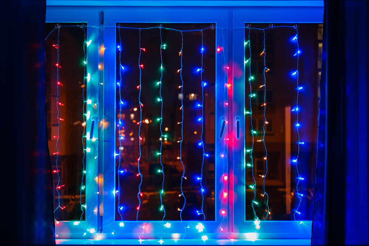 Гирлянда Neon-Night Светодиодный Дождь, свечение с динамикой, цвет: прозрачный, мульти, 1,5 х 1,5 м235-039Гирлянда Светодиодный Дождь представляет собой гибкий горизонтальный шнур-шину (1,5м), к которому через определенные промежутки крепятся вертикальные нити (12 шт.) равной длины со светодиодами. Данная гирлянда предназначена для домашнего использования и идеально подойдет для украшения стандартного окна в квартире или офисе, а так же удачно подсветит пространство за плотными еле прозрачными шторами или тюлем.Сегодня в гирляндах источником света служат светодиоды, которые пришли на смену применявшимся ранее лампам накаливания. С полупроводниковыми источниками гирлянда стала более надежной, потребляет меньше электроэнергии, обрела более насыщенное сияние. Данная гирлянда имеет 144 диода с цветом свечения мультиколор.