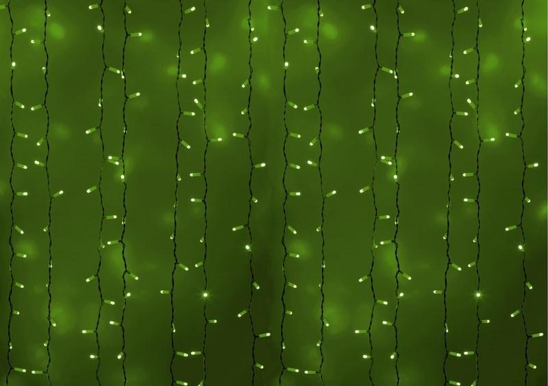 """Гирлянда """"Светодиодный Дождь"""" представляет собой гибкий горизонтальный шнур-шину (2м), к которому через определенные промежутки крепятся вертикальные нити (20 шт.) со светодиодными лампами, которые отличаются от «Бахромы» тем, что имеют одинаковую, достаточно значительную длину, часто превышающую протяженность шины. На концах каждой шины есть разъем и штепсель, которые предназначены для последовательного соединения нескольких световых дождей в большой занавес ПЛЕЙ-ЛАЙТ. Используя занавес, можно не только создавать красивые световые занавесы или оформлять различные плоскости, например, фасады домов, окна и т.д., но и украшать объемные объекты.  Гирлянду, работающую в непрерывном свечении, называют фиксинг, а использующую режим светодинамики – чейзинг. Светодинамические эффекты становятся доступными только при подключении гирлянды к сети через специальный контроллер. Сегодня в гирляндах источником света служат светодиоды, которые пришли на смену применявшимся ранее лампам накаливания. С полупроводниковыми источниками гирлянда стала более надежной, потребляет меньше энергии, обрела более насыщенное сияние.  Данная гирлянда имеет зеленый цвет свечения светодиодов."""