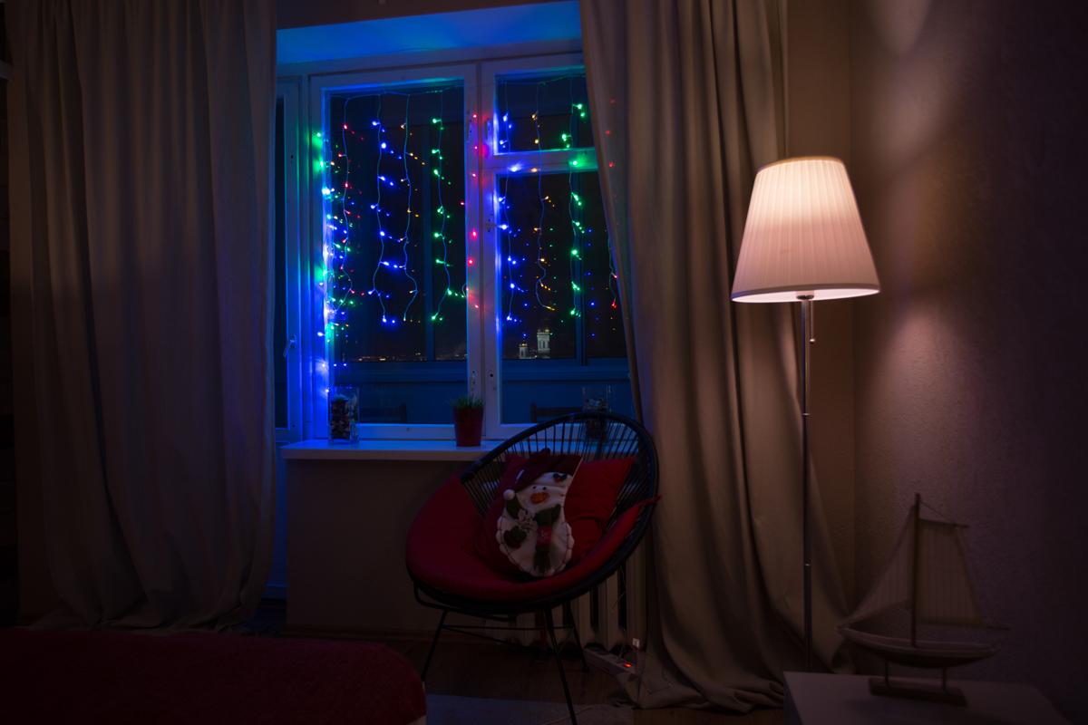 Гирлянда Neon-Night Светодиодный Дождь, постоянное свечение, 192 LED, цвет: прозрачный, мульти, 2 х 1,5 м235-309-6Гирлянда Светодиодный Дождь представляет собой гибкий горизонтальный шнур-шину (2м), к которому через определенные промежутки крепятся вертикальные нити (20 шт.) со светодиодными лампами, которые отличаются от «Бахромы» тем, что имеют одинаковую, достаточно значительную длину, часто превышающую протяженность шины. На концах каждой шины есть разъем и штепсель, которые предназначены для последовательного соединения нескольких световых дождей в большой занавес ПЛЕЙ-ЛАЙТ. Используя занавес, можно не только создавать красивые световые занавесы или оформлять различные плоскости, например, фасады домов, окна и т.д., но и украшать объемные объекты. Гирлянду, работающую в непрерывном свечении, называют фиксинг, а использующую режим светодинамики – чейзинг. Светодинамические эффекты становятся доступными только при подключении гирлянды к сети через специальный контроллер. Данная гирлянда имеет эффект свечения с переменой цвета.Сегодня в гирляндах источником света служат светодиоды, которые пришли на смену применявшимся ранее лампам накаливания. С полупроводниковыми источниками гирлянда стала более надежной, потребляет меньше энергии, обрела более насыщенное сияние. Данная гирлянда имеет цвет свечения светодиодов мультиколор.