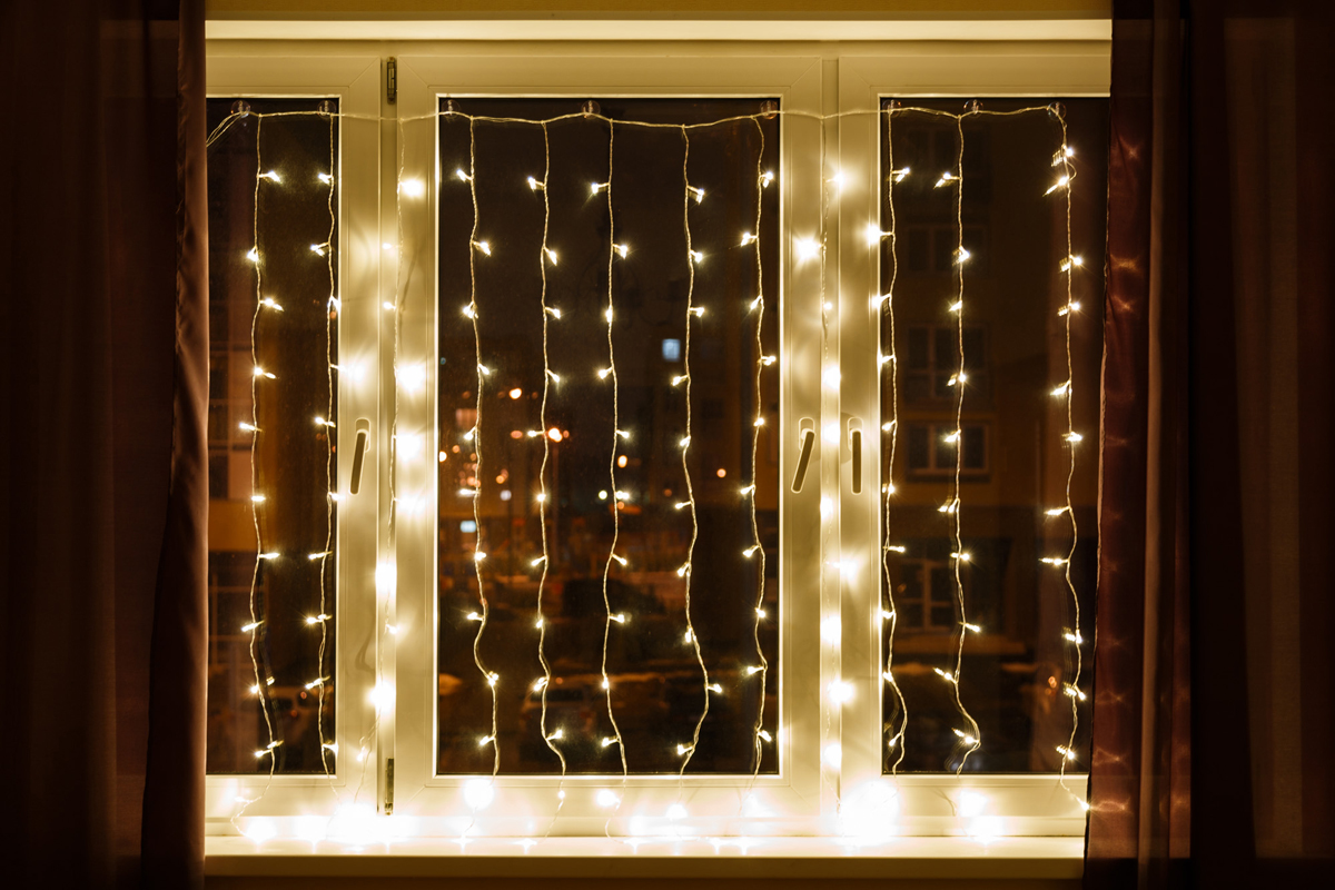 Гирлянда Neon-Night Светодиодный Дождь, постоянное свечение, 448 LED, цвет: прозрачный, белый, 2 х 3 м235-155-6Гирлянда Светодиодный Дождь представляет собой гибкий горизонтальный шнур-шину (2м), к которому через определенные промежутки крепятся вертикальные нити (20 шт.) со светодиодными лампами, которые отличаются от «Бахромы» тем, что имеют одинаковую, достаточно значительную длину, часто превышающую протяженность шины. На концах каждой шины есть разъем и штепсель, которые предназначены для последовательного соединения нескольких световых дождей в большой занавес ПЛЕЙ-ЛАЙТ. Используя занавес, можно не только создавать красивые световые занавесы или оформлять различные плоскости, например, фасады домов, окна и т.д., но и украшать объемные объекты. Гирлянду, работающую в непрерывном свечении, называют фиксинг, а использующую режим светодинамики - чейзинг. Светодинамические эффекты становятся доступными только при подключении гирлянды к сети через специальный контроллер.Сегодня в гирляндах источником света служат светодиоды, которые пришли на смену применявшимся ранее лампам накаливания. С полупроводниковыми источниками гирлянда стала более надежной, потребляет меньше энергии, обрела более насыщенное сияние. Данная гирлянда имеет белый цвет свечения светодиодов.