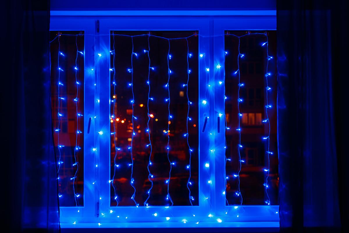 Гирлянда Neon-Night Светодиодный Дождь, постоянное свечение, цвет: черный, синий, 2 х 3 мBH-SI0406Гирлянда Светодиодный Дождь представляет собой гибкий горизонтальный шнур-шину (2м), к которому через определенные промежутки крепятся вертикальные нити (20 шт.) со светодиодными лампами, которые отличаются от «Бахромы» тем, что имеют одинаковую, достаточно значительную длину, часто превышающую протяженность шины. На концах каждой шины есть разъем и штепсель, которые предназначены для последовательного соединения нескольких световых дождей в большой занавес ПЛЕЙ-ЛАЙТ. Используя занавес, можно не только создавать красивые световые занавесы или оформлять различные плоскости, например, фасады домов, окна и т.д., но и украшать объемные объекты.Гирлянду, работающую в непрерывном свечении, называют фиксинг, а использующую режим светодинамики – чейзинг. Светодинамические эффекты становятся доступными только при подключении гирлянды к сети через специальный контроллер. Сегодня в гирляндах источником света служат светодиоды, которые пришли на смену применявшимся ранее лампам накаливания. С полупроводниковыми источниками гирлянда стала более надежной, потребляет меньше энергии, обрела более насыщенное сияние.Данная гирлянда имеет синий цвет свечения светодиодов.