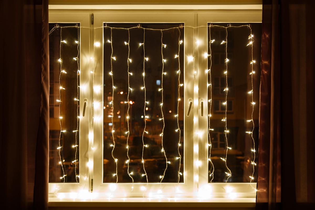 Гирлянда Neon-Night Светодиодный Дождь, эффект мерцания, цвет: черный, белый, 2 х 3 м513-302Гирлянда Светодиодный Дождь представляет собой гибкий горизонтальный шнур-шину (2м), к которому через определенные промежутки крепятся вертикальные нити (20 шт.) со светодиодными лампами, которые отличаются от «Бахромы» тем, что имеют одинаковую, достаточно значительную длину, часто превышающую протяженность шины. На концах каждой шины есть разъем и штепсель, которые предназначены для последовательного соединения нескольких световых дождей в большой занавес ПЛЕЙ-ЛАЙТ. Используя занавес, можно не только создавать красивые световые занавесы или оформлять различные плоскости, например, фасады домов, окна и т.д., но и украшать объемные объекты.Гирлянду, работающую в непрерывном свечении, называют фиксинг, а использующую режим светодинамики – чейзинг. Режим чейзинг имеет различные светодинамические эффекты. Данная гирлянда имеет эффект мерцания. Сегодня в гирляндах источником света служат светодиоды, которые пришли на смену применявшимся ранее лампам накаливания. С полупроводниковыми источниками гирлянда стала более надежной, потребляет меньше энергии, обрела более насыщенное сияние.Данная гирлянда имеет белый цвет свечения светодиодов.
