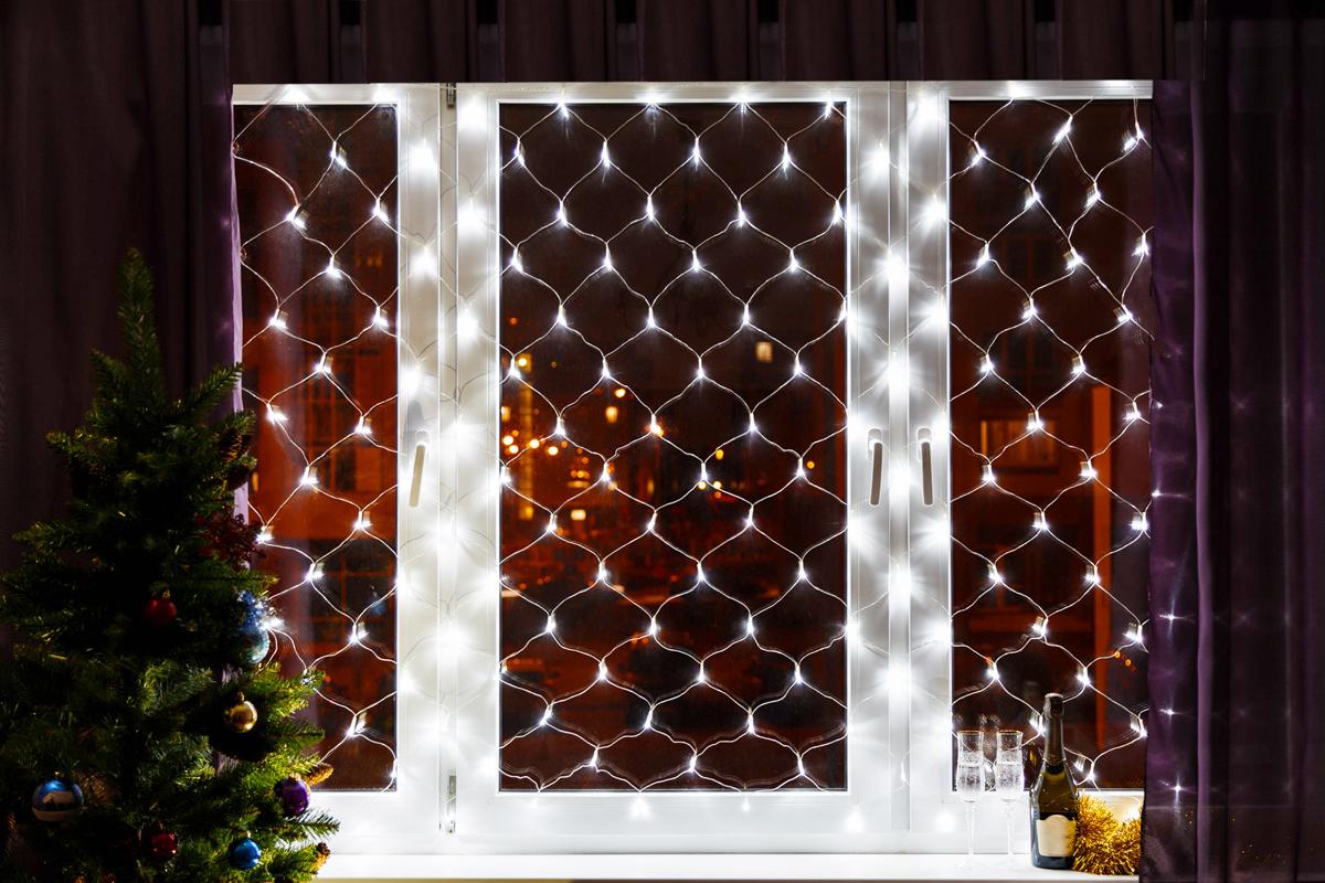 Гирлянда Neon-Night Сеть, 180 LED, цвет: прозрачный, белый, 1,8 х 1,5 м215-135Гирлянда-сеть представляет из себя прозрачное полотно в виде прямоугольника размером 1,8*1,5 метра, разбитого на равные ромбы, в углах которых находятся диоды белого цвета. Гирлянда-сеть при использовании на окнах или других поверхностях позволяет осуществить равномерную засветку по всей площади, для этого достаточно ее растянуть по периметру, используя, например, присоски с крючком.Данная гирлянда предназначена для домашнего использования и идеально подойдет для украшения стандартного 3-х створчатого окна в квартире или офисе.