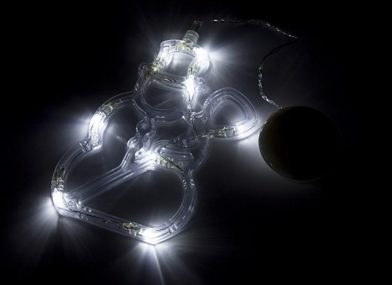Фигура светодиодная Снеговик на присоске, с подвесом, белый501-013Фигура светодиодная выполнена из пластикового короба в форме Снеговика внутри которого равномерно расположены 8 светодиодов белого цвета свечения. Фигура крепится на ровную гладкую поверхность на присоску, которая расположена на батарейном блоке на расстоянии 20 см от фигуры на подвесе. Питание осуществляется при помощи 3 батареек типа AAA.
