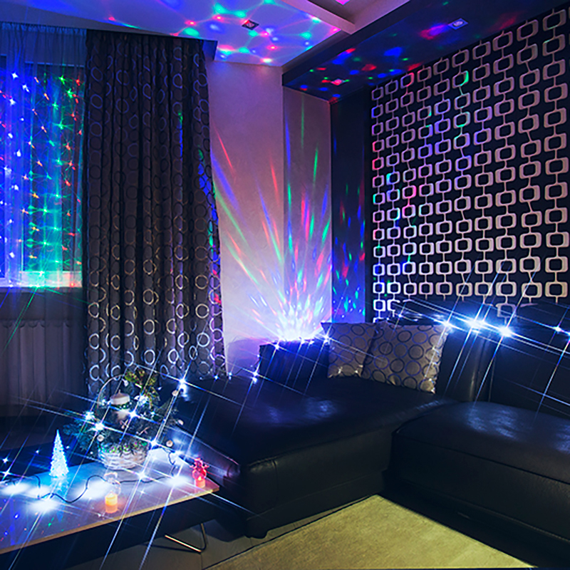 Комплект Neon-Night Гостиная, для новогоднего украшения дома, цвет гирлянд: белый. 500-015500-015Не секрет, что самое хлопотное время в году - предновогоднее. Люди тратят массу времени и сил на поиск подарков для своих родных, близких, коллег и друзей. Подчас просто не остается времени на украшение дома и создание того самого желанного предновогоднего настроения. Гостиная - место, где мы проводим время активно, собираясь с друзьями и родственниками, отмечая праздники и памятные события. Комплект Гостиная разработан с учетом этих особенностей. Состав комплекта:- Гирлянда Сеть размером 1,5х1,5 м, которую также можно разместить на окне.- Универсальная гирлянда размером 10 м. Можно украсить елку, или просто разложить на полке или диване. - Различные настольные фигурки: 3 новогодних фигурки по 10 см и одна Елочка 20 см. Особенность таких фигурок - смена цвета свечения в пределах 256 цветов. - Диско-лампа для создания праздничной атмосферы с эффектом цветомузыки. Производитель ценит ваше время, поэтому набор уже укомплектован всем необходимым: батарейками и крепежами для гирлянд. Подарите новогоднее настроение себе и близким, украсив гостиную всего за 30 минут!