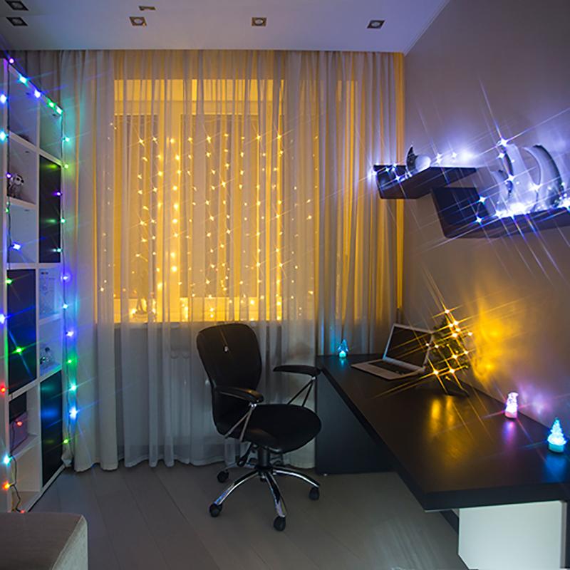 Комплект Neon-Night Комната, для новогоднего украшения дома, цвет гирлянд: синий. 500-023500-023Комплект Neon-Night Комната - самый разнообразный и универсальный. В нем собраны различные новогодние украшения, подходящие абсолютно для любого помещения. Состав комплекта:- Гирлянда Занавес, которая подойдет для стандартного окна. Ее размер 1,5х1,5 м.- Гирлянда Шарики. Яркая, эффектная гирлянда, переливающаяся 256 цветами. Можно украсить елку, или просто разложить на полке или диване. - Универсальная интерьерная гирлянда Роса длиной 2м. Ее часто используют декораторы для украшения цветочных композиций и не только, так как сама гирлянда не боится воды (кроме батарейного блока, который можно спрятать за вазой).- Светящаяся Елочка USB, высотой 30см. Можно подключить к компьютеру или power bank.- Различные настольные светящиеся фигурки - 3 новогодних фигурки по 10 см. Особенность таких фигурок - смена цвета свечения в пределах 256 цветов.Набор уже укомплектован всем необходимым: батарейками и крепежами для гирлянд. Подарите новогоднее настроение себе и близким, украсив комнату всего за 30 минут!