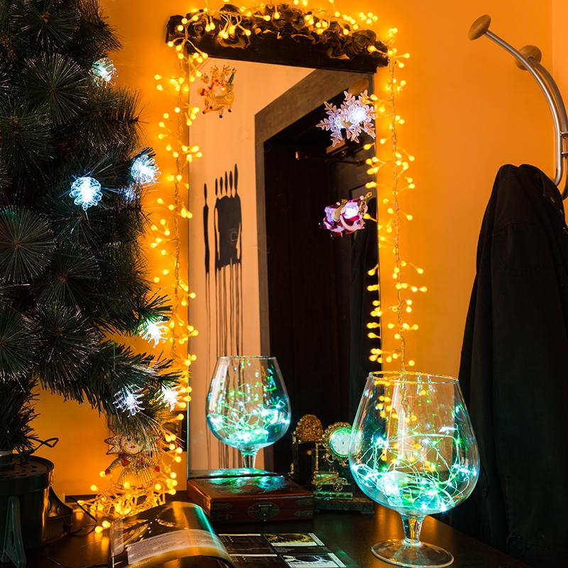 Комплект Neon-Night Прихожая, для новогоднего украшения дома, цвет гирлянд: зеленый. 500-044500-044Не секрет, что самое хлопотное время в году - предновогоднее. Люди тратят массу времени и сил на поиск подарков для своих родных, близких, коллег и друзей. Подчас просто не остается времени на украшение дома и создание того самого желанного предновогоднего настроения. Прихожая - это место, которое видим первым делом, входя в квартиру. И, конечно же, оно должно быть украшено, как и прочие помещения для создания праздничной атмосферы.В комплект Neon-Night Прихожая входит:- Гирлянда Мишура. Яркая и эффектная гирлянда, имеющая самое большое количество светодиодов для своей длины по сравнению с другими гирляндами (288 шт/3 м), станет отличным обрамлением вашего зеркала.- Универсальная интерьерная гирлянда Роса длиной 2м. Ее часто используют декораторы для украшения цветочных композиций и не только, так как сама гирлянда не боится воды (кроме батарейного блока, который можно спрятать за вазой).- Три светящиеся фигурки на присоске. Их можно разместить на любой гладкой поверхности, например, на зеркале. Особенность таких фигурок - смена цвета свечения в пределах 256 цветов.Набор уже укомплектован всеми необходимыми батарейками. Подарите новогоднее настроение себе и близким, украсив прихожую всего за 10 минут!