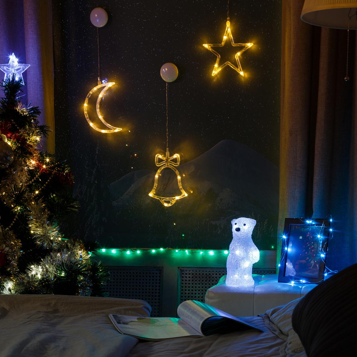 Комплект Neon-Night Спальня, для новогоднего украшения дома, цвет гирлянд: бирюзовый. 500-038500-038Не секрет, что самое хлопотное время в году - предновогоднее. Люди тратят массу времени и сил на поиск подарков для своих родных, близких, коллег и друзей. Подчас просто не остается времени на украшение дома и создание того самого желанного предновогоднего настроения. Специально для Вас мы разработали готовые решения для оформления каждой комнаты в доме, что значительно упростит процесс поиска и подбора украшений. Каждый из комплектов по-своему уникален, он содержит различные цветовые решения, которые подойдут для любого интерьера. Спальня – место, где мы отдыхаем после трудовых будней и насыщенных выходных. Место, где хочется спокойствия и гармонии. Для большего комфорта мы использовали гирлянды и фигурки с постоянным цветом свечения. В комплект мы включили:- Универсальную интерьерную гирлянду Роса длиной 2м. Ее часто используют декораторы для украшения цветочных композиций и не только, так как сама гирлянда не боится воды (кроме батарейного блока, который можно спрятать за вазой).- Три большие светящиеся фигуры на присосках.- Светящийся Медвежонок размером 18 см. Производитель ценит ваше время, поэтому набор уже укомплектован всеми необходимыми батарейками. Подарите новогоднее настроение себе и близким, украсив спальню всего за 15 минут!