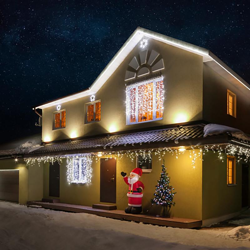 """Особое очарование Новогодних праздников ощущаешь, находясь за пределами города. Заснеженный лес, нехоженые тропинки, чистый воздух и уединение. Но по-настоящему сказочная атмосфера рождается с заходом солнца, когда в свете фонарей начинают искриться снежинки, когда зажигается уютный камин и близкие собираются вместе. Чтобы придать своему дому индивидуальность и сделать его празднично-красивым не только внутри, но и снаружи, стоит подумать о его новогоднем декорировании. Этот самый эффектный и разнообразный набор позволяет украсить дом с фасадом до 15 метров! Благодаря разнообразию различных элементов, вы можете украсить несколько построек, к примеру: дом с фасадом до 10 м и баню с фасадом до 5 м.В комплекте:- Три облицовочные гирлянды """"Бахрома"""" размером 4,8 м, которые станут прекрасным украшением крыши вашего дома.- Три светодиодных фигуры: две """"Звездочки"""" 30 см и """"Снежинка"""" 45 см для оживления фасадов. - Две контуровочные гирлянды """"Дюралайт"""" (6м и 14м), чтобы подчеркнуть геометрию и контуры вашего дома.- Классическая гирлянда на окно или стену """"Занавес"""" размером 2х1,5 м. - Универсальная гирлянда """"Мультишарики"""", которая украсит вашу елку или любое другое дерево. Красивые переливающиеся цвета оставят незабываемое впечатление, ведь особенность такой гирлянды - смена цвета свечения в пределах 256 цветов.- Надувная фигура, размером 180 см будет радовать вас при входе в дом.- Четыре светодиодных прожектора для фасадной подсветки. Направленный вдоль фасада свет придаст ему объем.  Набор уже укомплектован всем необходимыми крепежами. Подарите новогоднее настроение себе и близким, украсив свой дом за один вечер!"""