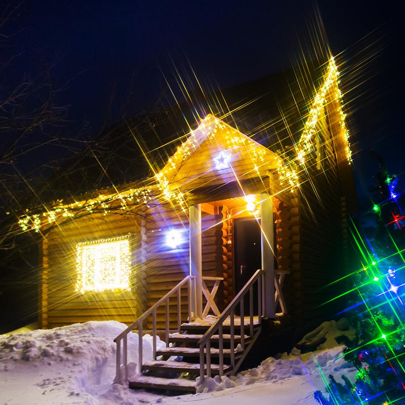 Комплект Neon-Night Premium, для новогоднего украшения дома, цвет гирлянд: теплый белый. 500-086500-086Чтобы придать своему дому индивидуальность и сделать его празднично-красивым не только внутри, но и снаружи, стоит подумать о его новогоднем декорировании. Комплект Premium - расширенный набор, позволяющий украсить различные типы домов с размером фасада до 10 метров.В наборе:- Четыре облицовочные гирлянды Бахрома (3 шт размером 4,8х,06 м и одну 2,4х0,6 м), которые станут прекрасным украшением крыши вашего дома.- Классическая гирлянда на окно или стену Занавес размером 2х1,5 м. - Две светодиодных фигуры: Звездочка 30 см и Снежинка 45 см для оживления фасадов. - Универсальная гирлянда Твинкл-лайт, которая украсит вашу елку или любое другое дерево.Набор уже укомплектован всем необходимыми крепежами. Подарите новогоднее настроение себе и близким, украсив свой дом за один вечер!