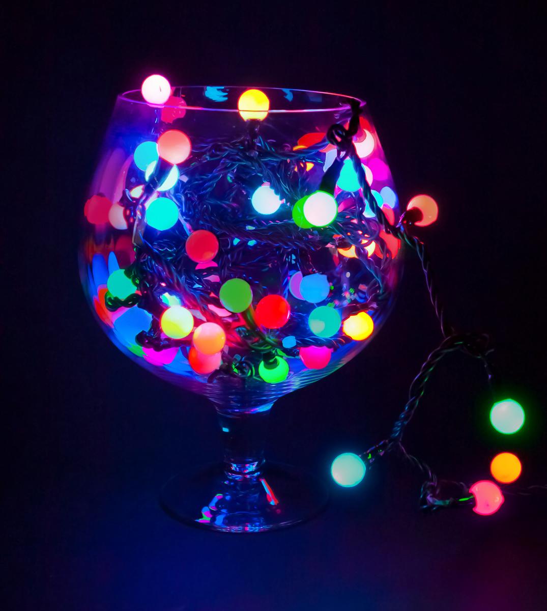 Гирлянда Neon-Night Мультишарики, светодиодная, 30 LED, диаметр 13 мм, цвет: темно-зеленый, красный, зеленый, 5 м215-032Гирлянда «Мультишарики» представляет собой электрический шнур, имеющий длину 5, 10 или 20 м, на котором располагаются сверх яркие светодиодные лампы, изготовленные в виде шариков с диаметром 1,3-4,5 см. Светодиоды по сравнению с миниатюрными лампами накаливания имеют целый ряд существенных преимуществ. Их отличает чистое и яркое свечение, огромный ресурс, прочность, незначительное потребление энергии, надежность. Гирлянда Мультишарики обладает эффектом смены цветов. Такая гирлянда позволяет получить неповторимые светодинамические картины, коренным образом отличающиеся от существующих сегодня типов световых эффектов. Гирлянда «Мультишарики» великолепно подходит для украшения помещений, интерьерных елок, превращая их в настоящие произведения искусства. Данная гирлянда имеет длину 5м на которой расположено 30 шариков диаметром 13мм с цветом свечения светодиодов RGB.